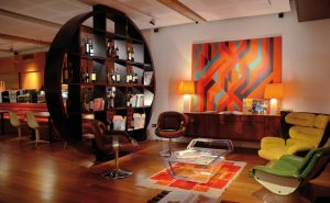 Sala con decoración moderna años 70