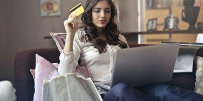 mujer buscando comprar en línea