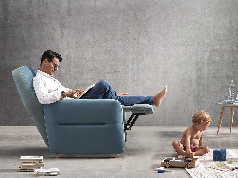 Padre sentado en su sillón cuidadndo de su bebé