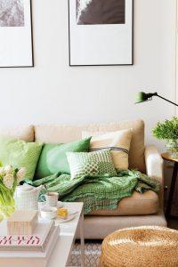 cojines de diferentes tamaños en mueble