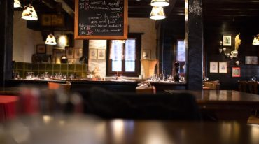 decoracion interior de un bar