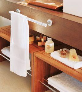 banco en el baño con accesorios