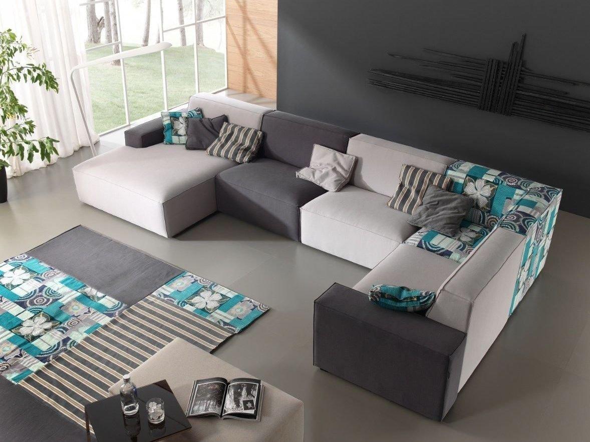 sofá esquinero con almohadones