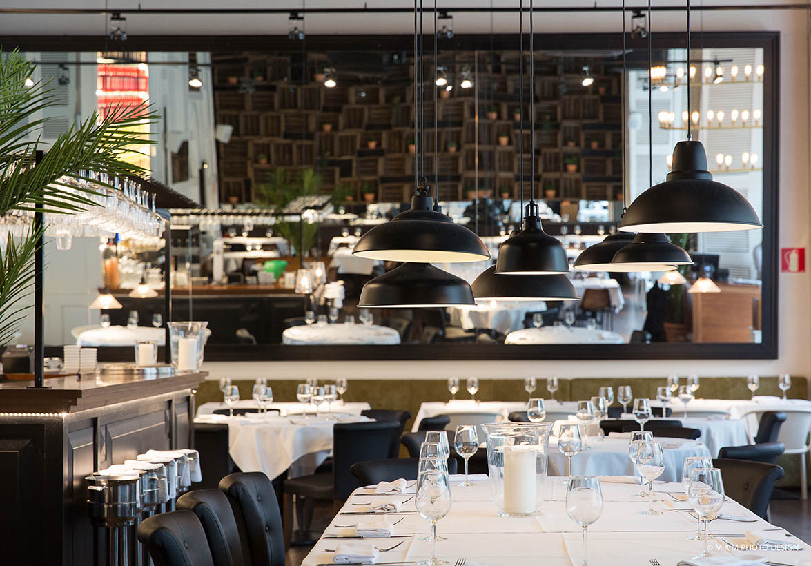 restaurante con tonalidades blanco, negro y gris